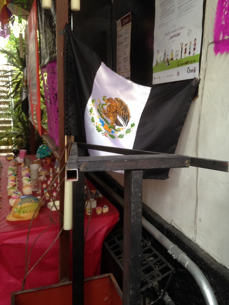 Una bandera mexicana vista en un altar de muertos en la ciudad de México.