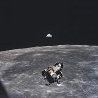 El módulo de mando del Apolo 11, fotografiado delante de la Luna por el astronauta Michael Collins